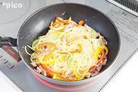 茹であがったパスタと粉チーズ大さじ1を加えてサッと炒め、塩・こしょうで味をととのえる。器に盛って、残りの粉チーズとレモンの皮を散らしたら出来上がり♪