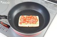 フライパンに油揚げを並べ入れ、片面をこんがり焼く。裏返して、溶けるスライスチーズ、アボカドディップ、トマトの順にのせ、塩・こしょうを振る。チーズが溶けて、油揚げの下の面がカリカリになるまで焼いたら出来上がり♪