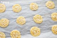 シュー生地を直径4cm程度に絞り出し、平らにならす。グラニュー糖、アーモンドダイスを全体にまぶして、200度のオーブンで約15分焼く。しばらくオーブンの中においておき、乾燥したら出来上がり♪