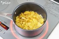 栗は半分に切る。さつまいもは皮をむいて、1cm幅程度の半月切りにする。鍋に栗とさつまいも、水、コンソメ、バターを入れて、やわらかくなるまで煮る。