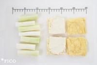 ネギは4等分に切って、レンジで3分程度加熱しておく。油揚げは、お湯を全体にかけて油抜きをする。3辺を切って1枚に広げ、4枚の正方形に切る。