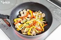 フライパンに油を熱し、�を炒める。だいたい火が通ったらホタテとレモンの皮を加えてサッと炒める、塩・こしょうで味をつける。