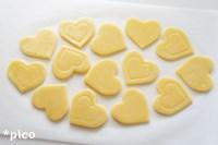 生地を3mm程度の厚さに伸ばし、大きいハートの型でくり抜く。そこへ小さいハートで模様をつける。レモン果汁と黄身を好きなところに塗って、170度のオーブンで約15分焼いたら出来上がり♪