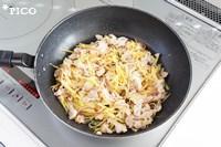 フライパンに油を熱し、豚バラ肉を炒める。続いてさつまいもを加えて、火が通ったら塩で味をととのえる。最後にレモン果汁を回しかけたら出来上がり♪