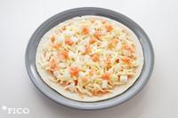 たらことレモン果汁を合わせておく。ピザ生地の上に、たらこを半量塗って、チーズ、おもちを全体に散らす。残りのたらこをところどころにのせて、トースターかオーブンでおもちが膨らむまで焼いたら出来上がり♪
