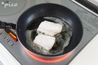 フライパンにバターを熱し、小麦粉をまぶした たらをソテーする。