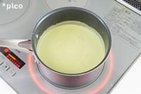 �を一旦鍋から取り出し、ミキサーにかけてピューレ状にする。再び鍋に戻してひと煮立ちさせ、牛乳を加えて混ぜたら、塩・こしょうで味をととのえる。最後にレモン果汁を加える。