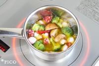 鍋にブロッコリーとマッシュルーム、にんにく、鷹の爪を入れて、オリーブオイルをかぶるぐらいに入れる。弱火で煮て、火が通ったらタコとレモンの皮を加え、塩で味をととのえる。