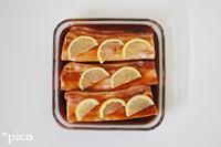 豚肉はお好みの大きさに切る。レモンはスライスする耐熱容器に★の材料を入れて混ぜ合わせる。豚肉を入れてレモンをのせ、ときどき返しながら半日程度おく。