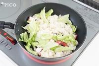 フライパンにバターとにんにくを熱し、ご飯を炒める。タコとレタス、レモンの皮を加えてサッと炒め、塩・こしょうで味をととのえたら出来上がり♪