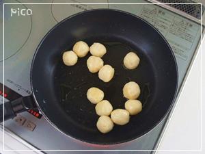 適当な大きさに丸めて、油を熱したフライパンで転がしながら焼く。