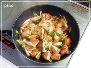 フライパンに油とにんにくを熱し、鶏肉を皮の方を下にして焼く。焼き色がついたら裏返して火を通す。長ねぎ、しめじを加えて炒め、しょうゆ、バターを加えて、サッと炒めたら出来上がり♪