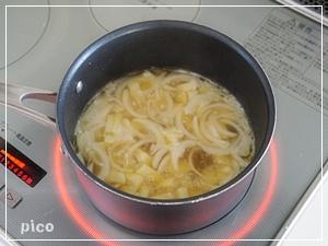 新玉ねぎとじゃがいもは適当な大きさに切る。鍋にバターを熱して、新玉ねぎとじゃがいもを炒める。さらに水とコンソメを加えて火が通るまで煮る。