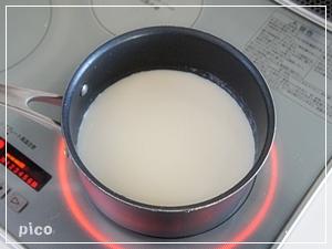 再び鍋に戻してひと煮立ちさせ、牛乳を加えて混ぜる。