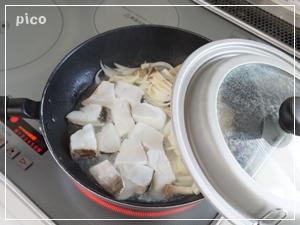 タラを加えてサッと炒め、白ワインを加え、フタをして蒸し焼きにする。