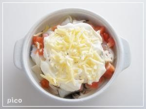 耐熱容器に移し、混ぜ合わせた★を全体にかけ、トマトとチーズを散らす。トースターで7〜8分焼いたら出来上がり♪