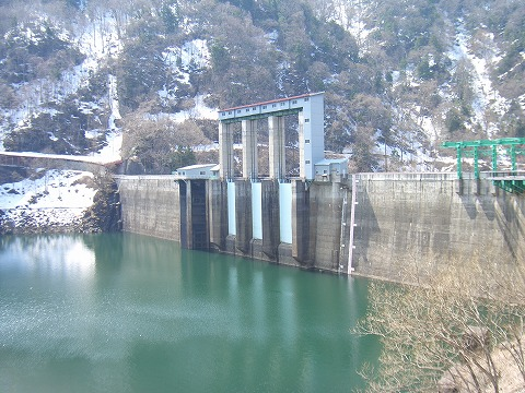 ダム湖とゲート