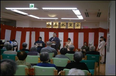 長寿祝賀会で民謡を披露
