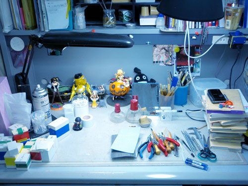 机には資料や道具がたくさん
