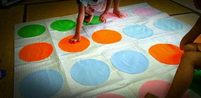 手作り ツイスター ゲーム 幼児の知育にもおすすめ「バランスゲーム」。選び方や手作りアイデア、ボードゲームやアプリを紹介