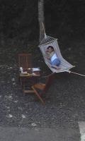 ハンモックで寝ている妻