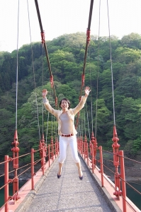 吊り橋でジャンプ
