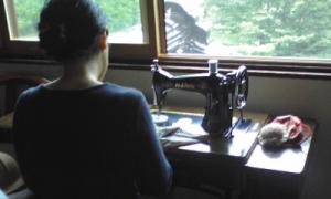 足踏みミシンで裁縫