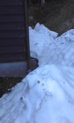 家の裏にはまだ雪山