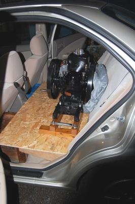 セダンの後部座席に石油発動機