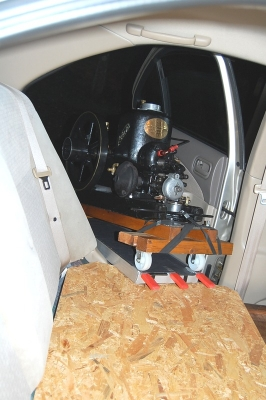 後部座席に発動機を積込み