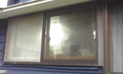 台所の窓も外からプラダン