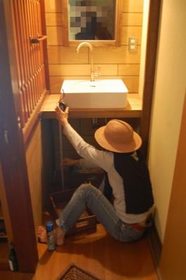 洗面台の寸法を測る妻