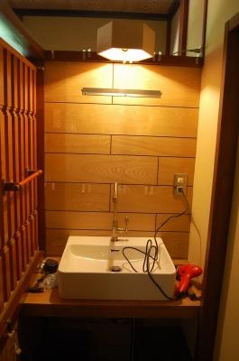 洗面台の壁を取り付け
