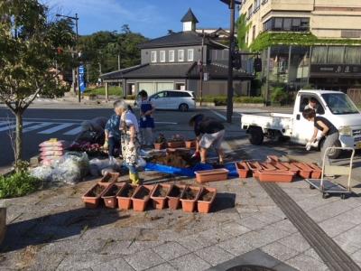 輪島駅前の花植え