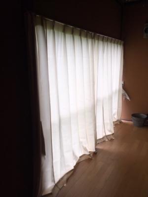 村の集会所にカーテン設置