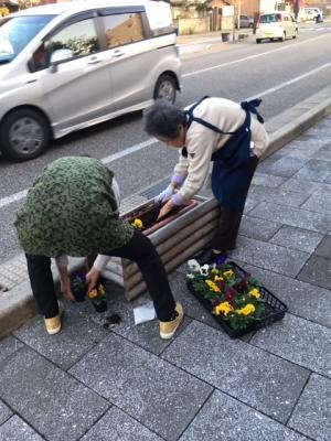 輪島駅前商店会のプランター植え替え