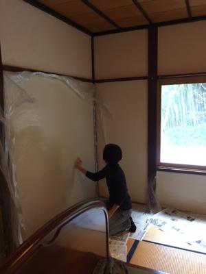 珪藻土の壁材を塗る