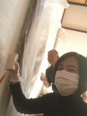 夫婦で壁塗り