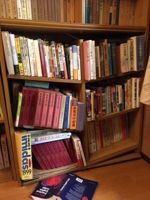 地震で本棚が壊れた