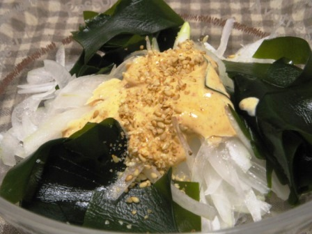 新玉ねぎとワカメの辛味噌マヨサラダ