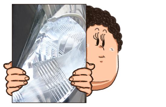 汚れを落とした右側のヘッドライト