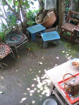 お庭でお茶を