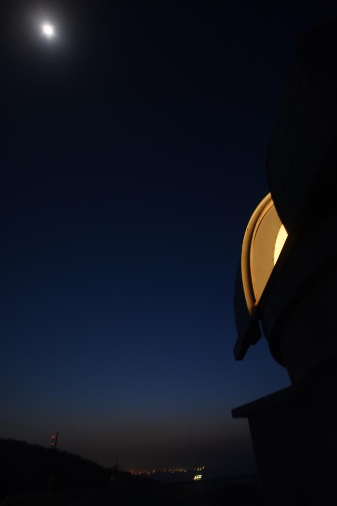 大分市街地を背景に月光とドーム