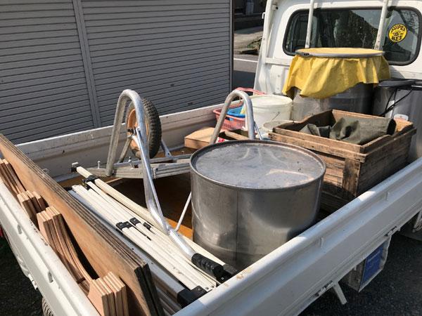 はちみつ採りの道具を倉庫から出してトラックに積み込み