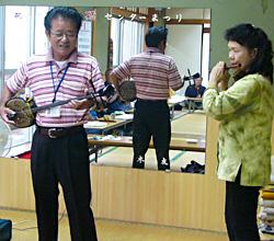 挨拶に来てくださった所長さん。実は沖縄民謡の先生だそうで、めでたい節やら唐船ドーイやら特別披露してくださいました。笛の伴奏は、我が横笛協会の座波雪子先生。