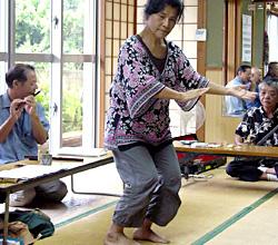 新人賞受験の皆さんの四つ竹に合わせ、踊りを披露してくださいました。