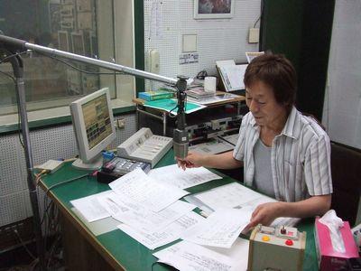 栃木放送第2スタジオの阿久津隆一アナ