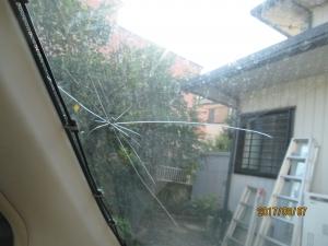 自家用車フロントガラスにヒビ割れ