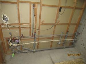 キッチン背面の壁の中の設備管の様子