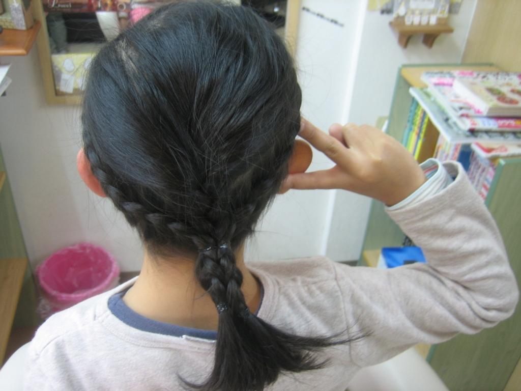 子供の髪はお父さんが編みこむ